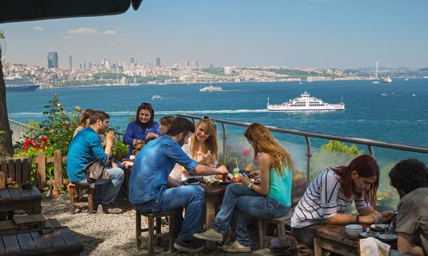 مقهى حديقة جولهانة بارك المطلة على البسفور في اسطنبول