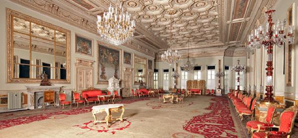 قاعة الاستقبال في قصر دولما باشا في اسطنبول