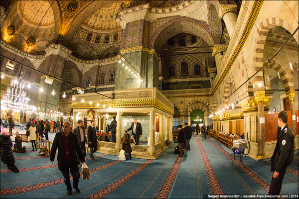 الجامع الجديد من الداخل في اسطنبول