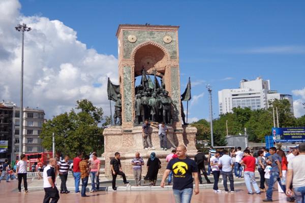 ساحة تقسيم القريبة من فندق ريكسوز بيرا في اسطنبول